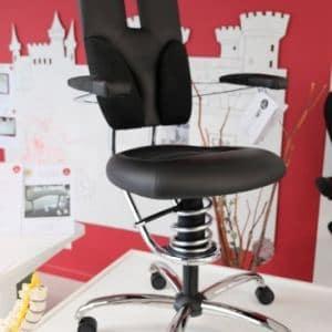 Ergonomische SpinaliS stoel Pilot zwart op verhoog in showroom