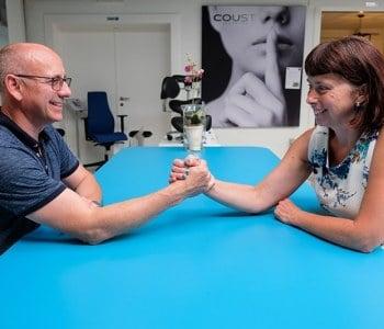 Hans en Hilde aan blauwe ergonomische 4 poots vergadertafel