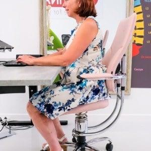 Hilde actief voor de spiegel op ergonomische actieve stoel Spinalis in detail juli 2020