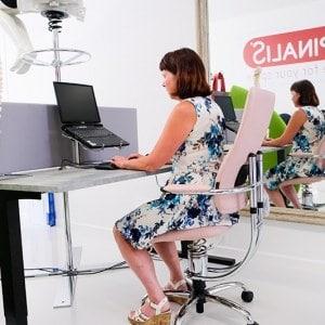 Hilde actief voor de spiegel op ergonomische actieve stoel spinalis sept 2020