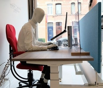 etalagepop op ergonomische stoel SpinaliS Spider aan zitstatafel bench elektrisch instelbaar in de hoogte