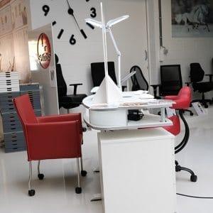 showroom met ergonomische electrisch instelbare in hoogte reglbare nageltafel met ergonomische stoel SpinaliS Rideo