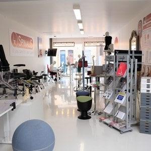 showroom vooraan van binnen uit sept 2020 ergonomische stoelen SpinaliS